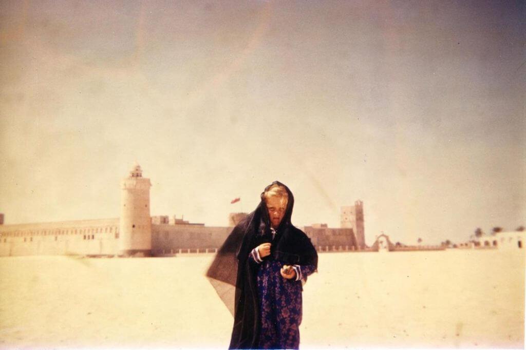 La pequeña Deborah delante de Qasr Al Hosn in los años '50.